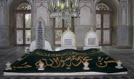 Bolehkah Kita Sholat di Masjid yang Ada Kuburan di Dalamnya